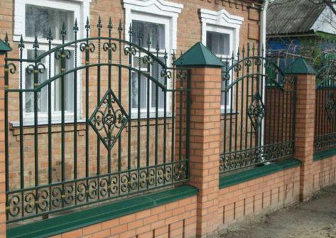 кирпичный забор с ковкой в Хабаровске
