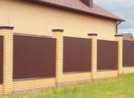 Забор из профнастила с кирпичными колоннами